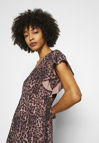 Guess - AYAR DRESS - Day dress - iconic brown - 3