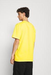 Karl Kani - SIGNATURE TEE UNISEX  - T-shirt imprimé - yellow - 2