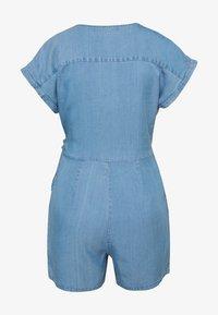 Vero Moda Petite - VMLAURA V-NECK - Combinaison - light blue denim - 1