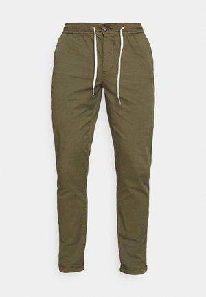 MICK PANTS - Kalhoty - dark olive