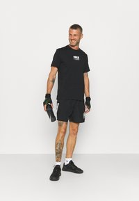 Nike Performance - DRY PACK - T-shirt con stampa - black - 1