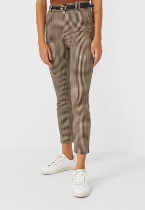 MIT GÜRTEL  - Pantalon classique - brown