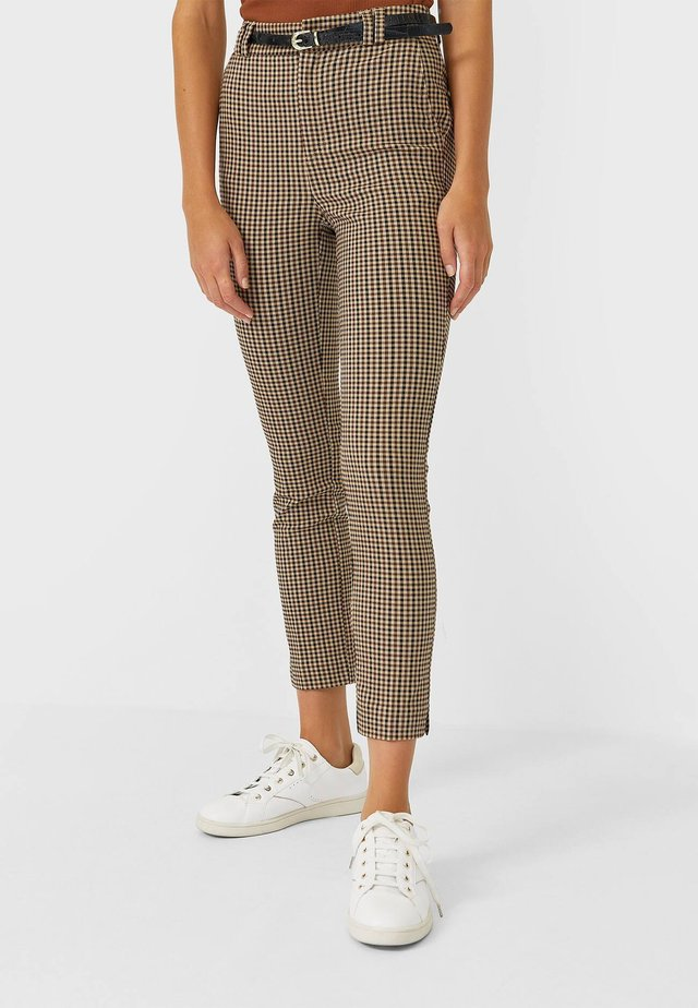 MIT GÜRTEL  - Trousers - brown