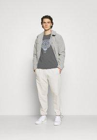 CLOSURE London - RIVAL TEE - T-shirt imprimé - anthrazit - 1