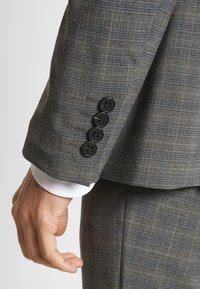 Isaac Dewhirst - CHECK SUIT - Oblek - grey - 9