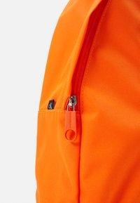 Calvin Klein Jeans - ROUND FRONT ZIP UNISEX - Sac à dos - vivid orange - 3