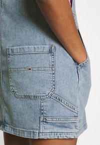 Tommy Jeans - CARGO DUNGAREE DRESS - Dongerikjole - light-blue denim - 5