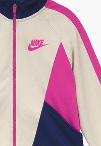 Nike Sportswear - G NSW HERITAGE FZ - Giacca sportiva - orewood/blue void/fire pink - 3