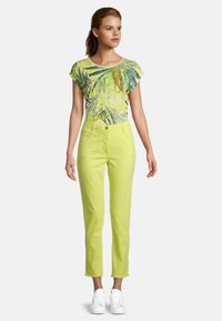 Betty Barclay - MIT OFFENEM SAUM - Slim fit jeans - neon yellow - 1