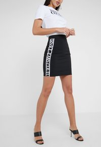 Versace Jeans Couture - Pencil skirt - nero - 0