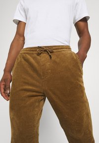 Only & Sons - ONSLINUS LIFE CROPPED - Trousers - kangaroo - 3
