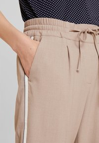 Opus - MELOSA PIN - Trousers - sandshell - 5