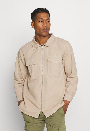 AFTERMATH DOUBLE POCKET - Camisa - beige