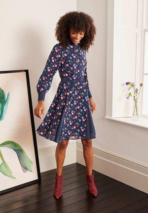 CHRISTINA  - Shirt dress - navy, üppige pfingstrose