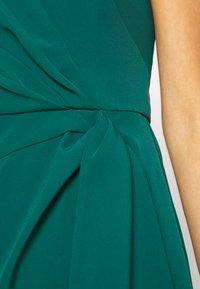 Forever New - ASSYMETRIC MINI - Koktejlové šaty/ šaty na párty - emerald - 6
