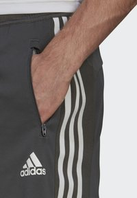 adidas Performance - PRIMEBLUE DESIGNED TO MOVE SPORT 3-STRIPES SHORTS - Krótkie spodenki sportowe - grey - 3