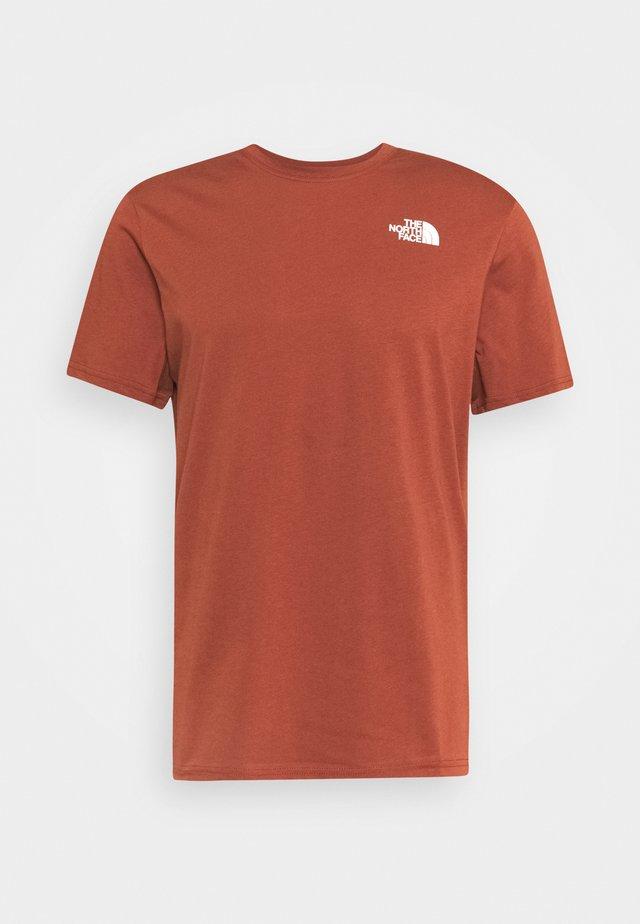 REDBOX CELEBRATION TEE - T-shirt imprimé - brown