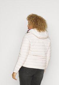 Tommy Hilfiger Curve - PACK - Down jacket - vintage white - 3