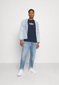 Tommy Jeans - TIMELESS BOX TEE UNISEX - T-shirt med print - twilight navy - 1