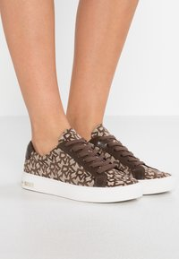 DKNY - COURT - Trainers - chino - 0