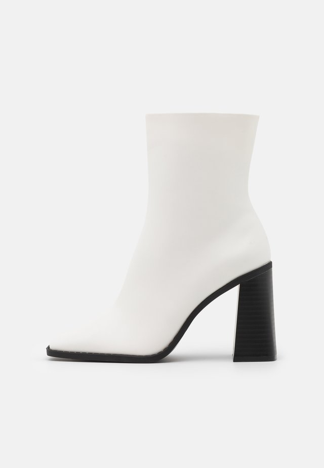VEGAN ROBBIE BOOT - High heeled ankle boots - white light