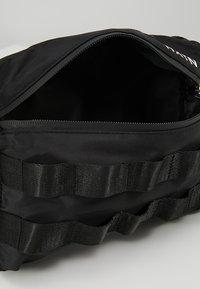 HXTN Supply - UTILITY TAPER CROSSBODY - Ledvinka - black - 4
