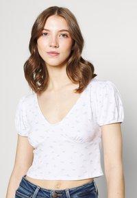 Cotton On - ANNABELLE SHORT SLEEVE - Camiseta estampada - tulip disty blue/white - 3