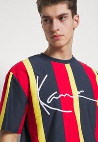 Karl Kani - UNISEX SIGNATURE STRIPE TEE - Print T-shirt - navy - 3