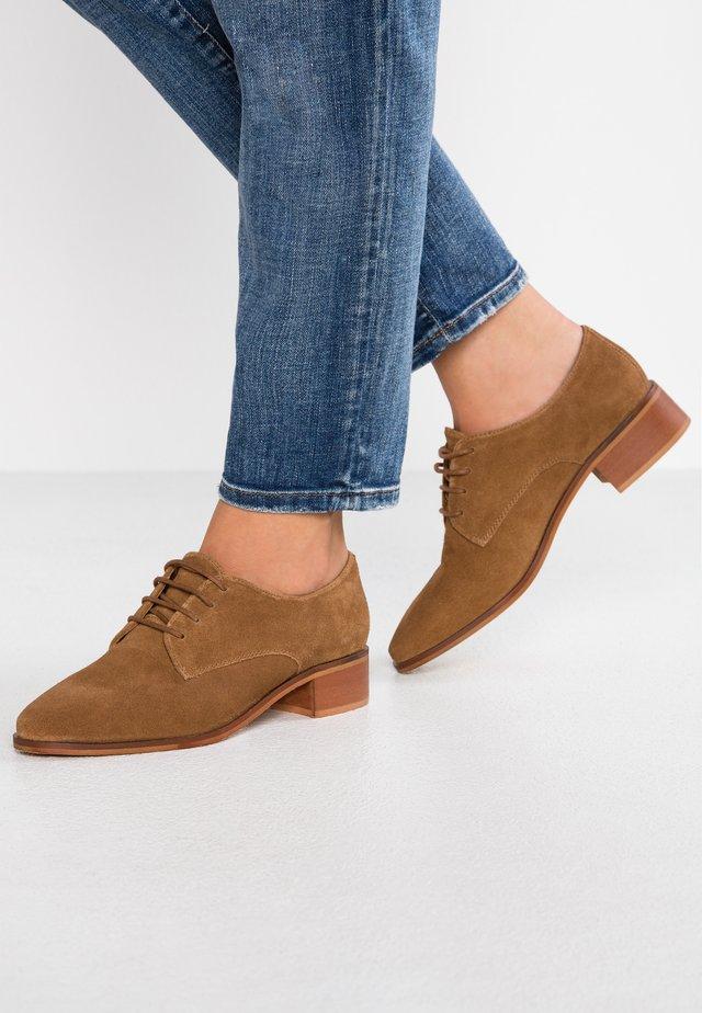 Zapatos de vestir - tan