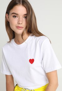 Merchcode - HEART TEE - T-shirt z nadrukiem - white - 5