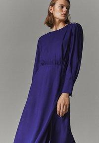 Massimo Dutti - MIT ZIERKNÖPFEN  - Jumper dress - dark purple - 1