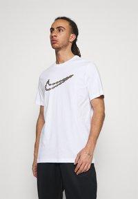 Nike Performance - TEE - Print T-shirt - white - 0