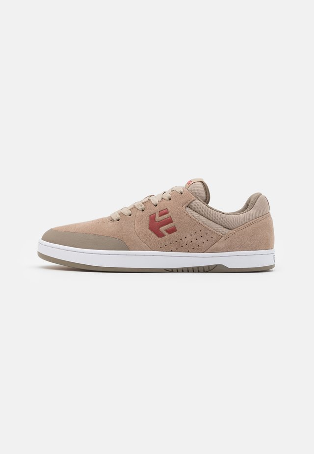 MARANA - Zapatillas skate - brown/gum