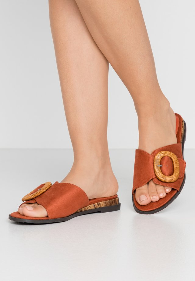 WIDE FIT WOODEN NUCKLE FLAT  - Pantofle - spice