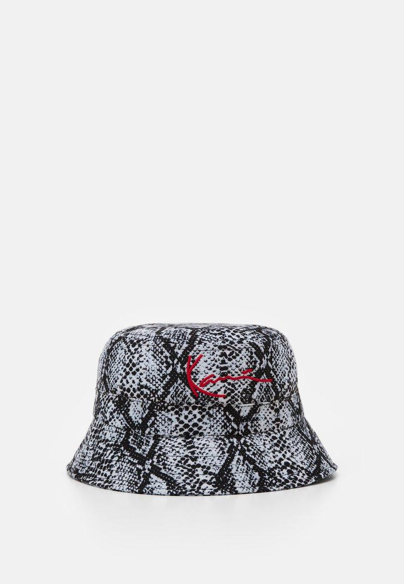 Karl Kani - SIGNATURE SNAKE BUCKET HAT  - Cappello - black/white/red