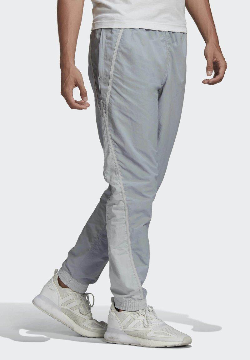 adidas Originals - R.Y.V. V-LINE WOVEN TRACKSUIT BOTTOMS - Träningsbyxor - grey