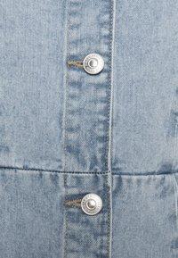 PIECES Tall - PCGILI V NECK DRESS - Vestito di jeans - light blue denim - 2