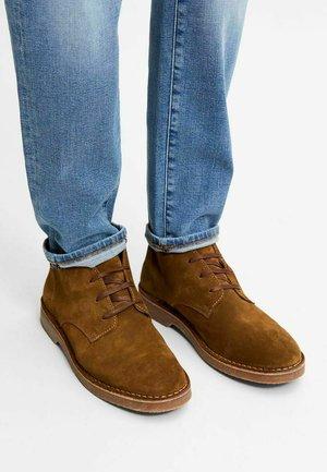 Sznurowane obuwie sportowe - tobacco brown
