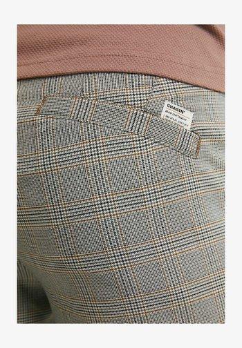 THOM - Shorts - light grey
