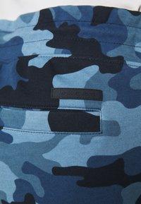 Michael Kors - BLOCKED LOGO JOGGER CAMO - Teplákové kalhoty - dark midnight - 7
