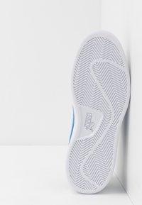 Puma - SMASH V2 BUCK - Sneakersy niskie - castlerock/palace blue/silver/white - 4