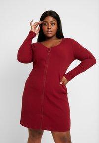 Glamorous Curve - ZIP THROUGH LONG SLEEVE DRESS - Denní šaty - burgundy - 0