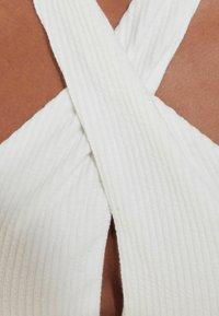 Bershka - MIT AUSSCHNITT IN WICKELOPTIK  - Shift dress - white - 4