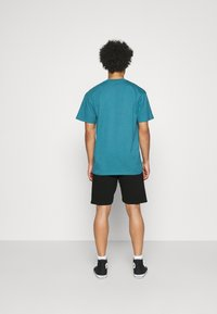 Carhartt WIP - CHASE  - Shorts - black/gold - 2