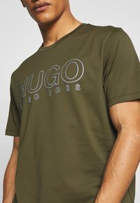 HUGO - DOLIVE - T-shirts print - khaki - 5