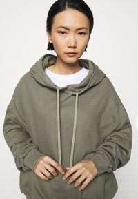 Mykke Hofmann - FINN COSWE - Hoodie - light dust green - 4