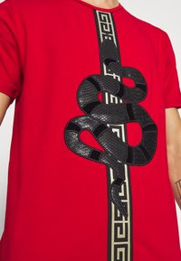Glorious Gangsta - DEVANEY  - T-shirt z nadrukiem - red - 5
