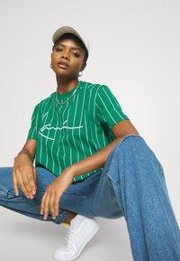 Karl Kani - SIGNATURE PINSTRIPE TEE - Print T-shirt - green - 3
