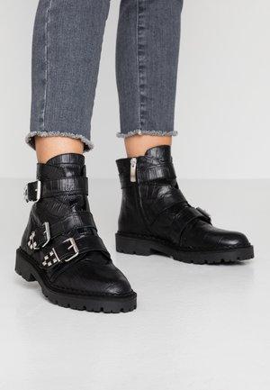 HAILEY BUCKLE CROCO - Cowboy/biker ankle boot - black