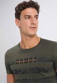 TOM TAILOR DENIM - STRIPED PANELPRINT - T-shirt imprimé - woodland green - 4